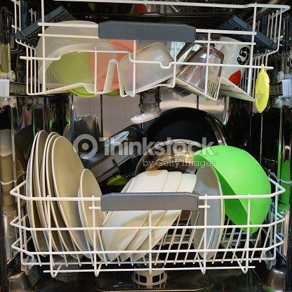 geschirr nach dem waschen in der sp lmaschine reinigen stock foto thinkstock. Black Bedroom Furniture Sets. Home Design Ideas