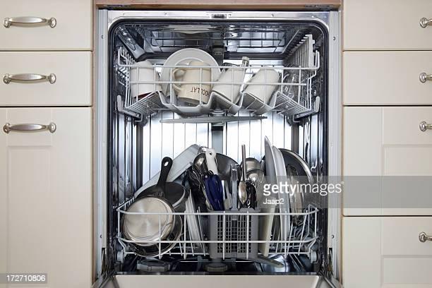 Close-up di integrato in lavastoviglie con piatti puliti interna, vista anteriore
