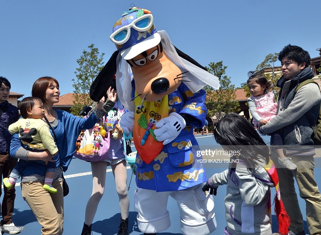 Disney character Goofy greets guests at Disney's theme park Tokyo DisneySea in Urayasu, suburban Tokyo on April 12, 2014. Japan's Disney theme parks, Tokyo Disneyland and Tokyo DisneySea, received its 600 millionth guest since its opening on April 15, 1983 and September 4, 2001. The parks logged a record high of 31 million visitors in fiscal 2013 year ended March 31 as the Tokyo Disneyland commemorated its 30th anniversary last year. AFP PHOTO / Yoshikazu TSUNO