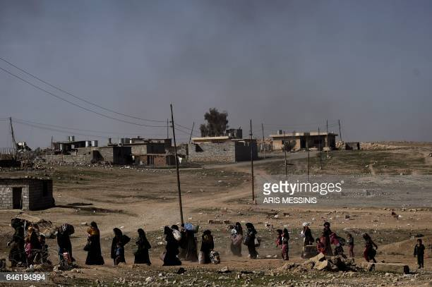 TOPSHOT Displaced Iraqis flee the city of Mosul as Iraqi forces battle against Islamic State group jihadists to recapture the west of the city on...