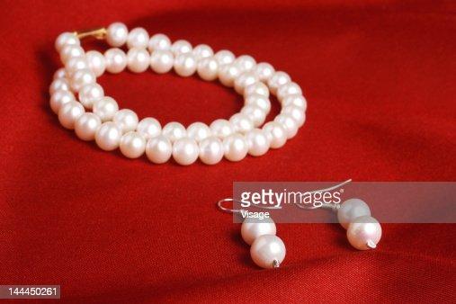 Display of a pearl set