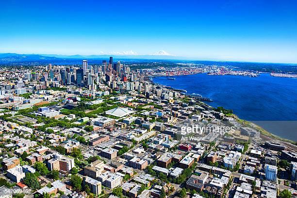 Distante Antena vista del horizonte de Seattle y de la estación de Metro