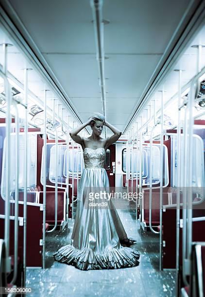 Affolé Mariée dans un métro voiture