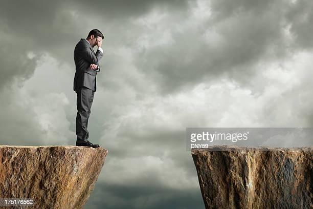 Bestürzt Geschäftsmann, stehen am Rand einer Klippe