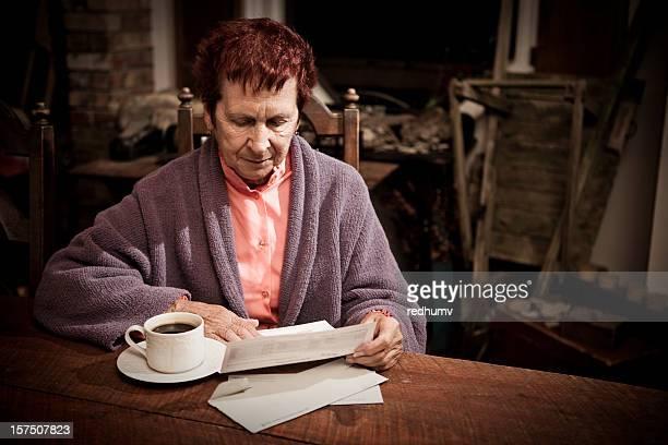 Senior Frau mit Dollarnoten in Used-Optik