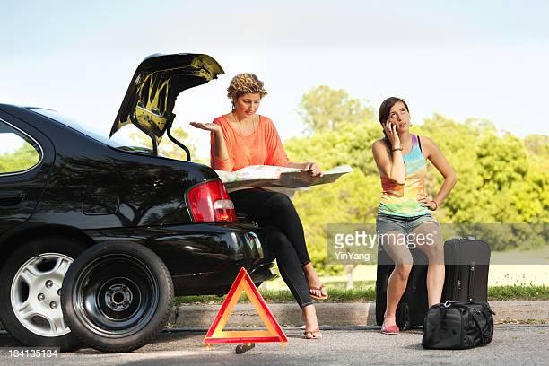 Distressed Reisende, die Notfall-Service hilft Ihnen mit dem Auto bricht