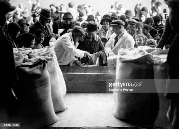 Distribution de farine aux locaux du Hampshire suivant une tradition voulant que cela porte bonheur au RoyaumeUni