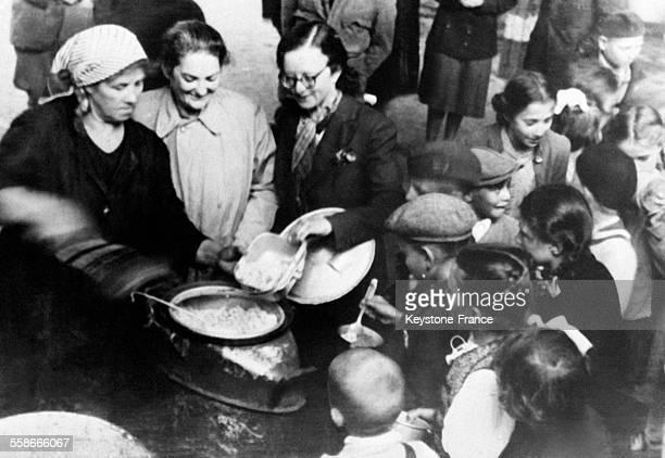 Distribution de repas dans les rues réservée aux petits écoliers à Budapest Hongrie en septembre 1945