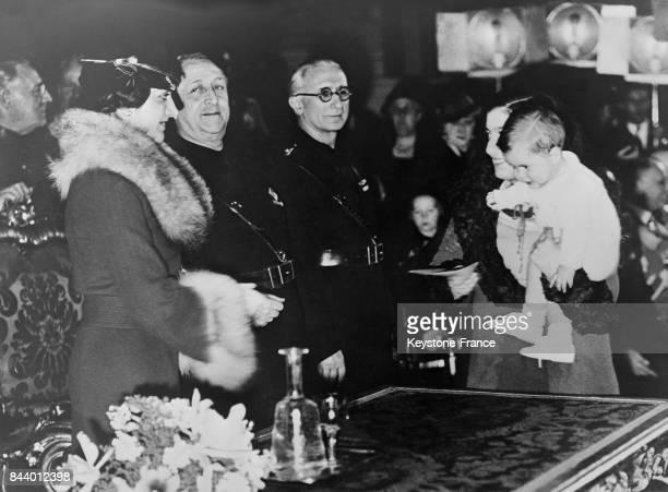 Distribution des prix aux familles nombreuses romaines à gauche la princesse MarieFrançoise de Savoie à Rome Italie le 23 décembre 1935