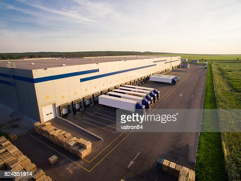 distribution warehouse with trucks of different capacity : Foto stock
