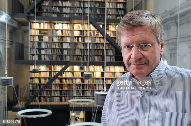 EDITEUR DE 'TITEUF' REDONNE VIE A UN COUVENT DU XVIIEME SIECLE L'éditeur Jacques Glénat pose le 15 septembre 2009 à Grenoble dans la bibliothèque du...