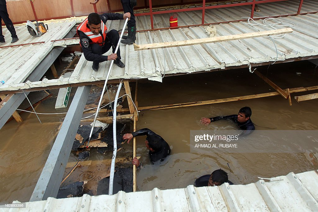 Divers belonging to an Iraqi search and rescue team try to recover the bodies of five people killed on February 28, after the sinking of a floating restaurant belonging to the Lebanese Club in Baghdad, on March 1, 2013. A floating restaurant moored on the bank of Baghdad's Tigris River sank on February 28, during a private party with 150 people on board, leaving five people dead, Iraqi officials said. AFP PHOTO/AHMAD AL-RUBAYE