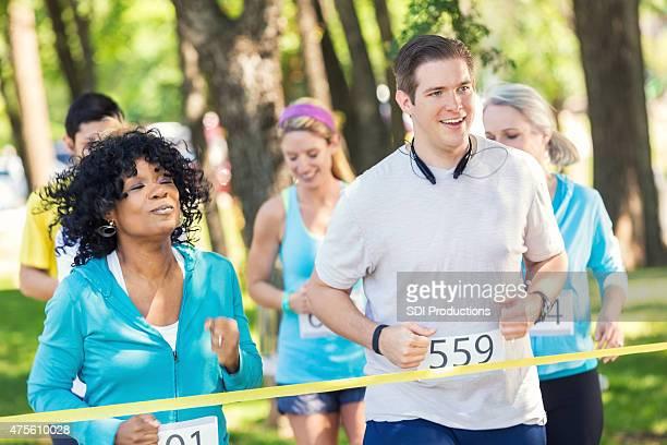 Diversos atletas competir na maratona corrida de 5km ou para caridade