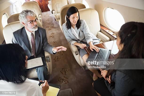 Divers collègues de travail en voyage sur la société jet whle