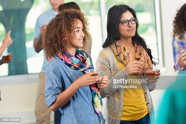 Verschiedenen college-Studenten sprechen während party oder Mischpult