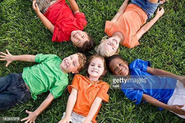 Vielfältige Gruppe von Kindern für Einheit, teamwork und Freundschaft und Gemeinschaft