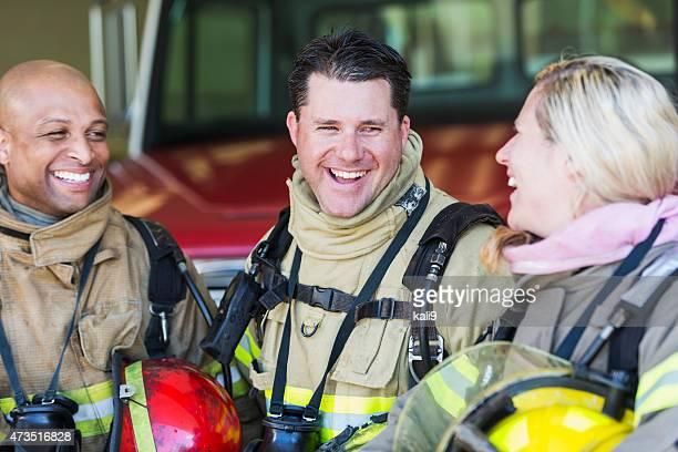 Vielfältige Gruppe von Feuer-Kämpfer, die an der station