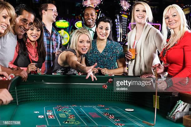 Große Gruppe von Menschen mit Craps-Spielen im Kasino