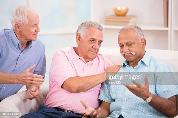 Vielfältige Gruppe von Senioren Herren-Konsole mit einem Freund.  Home Ambiente.