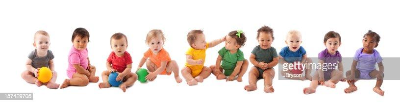 Vielfältige Gruppe von zehn Babys spielen