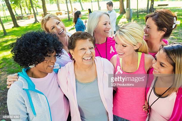 Diverso grupo de mujeres aumento de fondos para la investigación de cáncer de mama