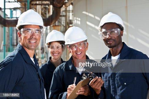 Groupe diversifié de travailleurs dans l'usine de fabrication