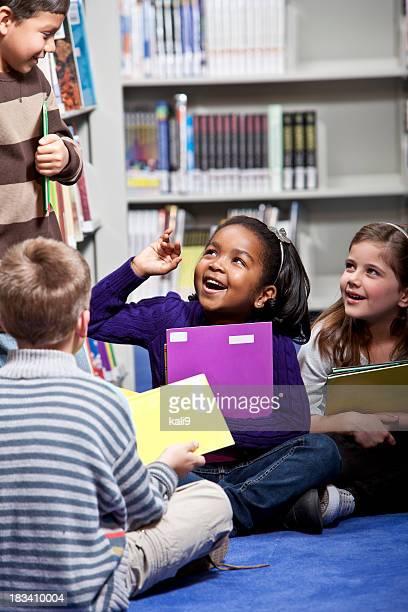 Grande grupo de crianças na biblioteca
