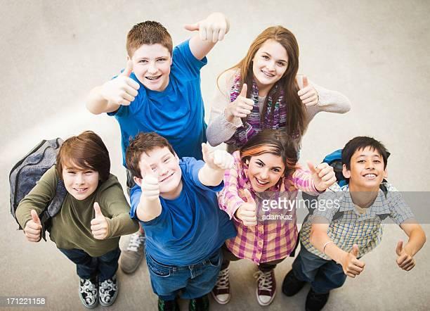 Große Gruppe von jungen Studenten Daumen hoch