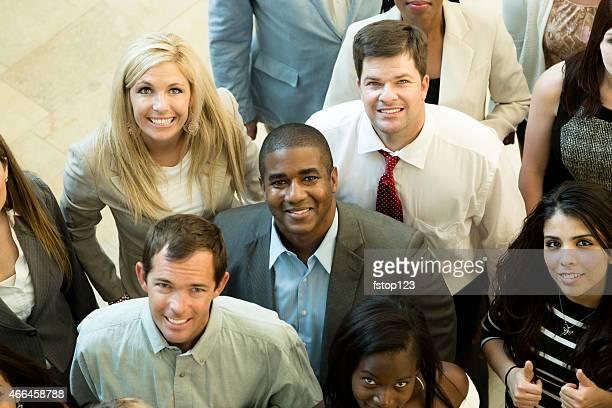 Groupe diversifié de travailleurs de bureau de gens d'affaires dans le hall d'entrée. L'angle.