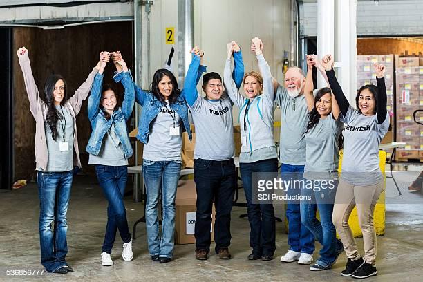 Vielfältigen team von Freiwilligen stehen in warehouse