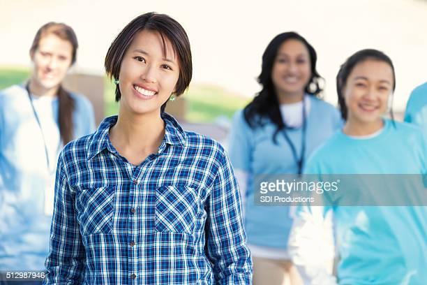 Divers volontaires de vêtements en voiture
