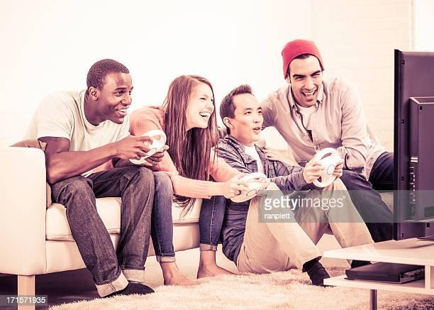 Divers jeunes adultes jouant à des jeux vidéo