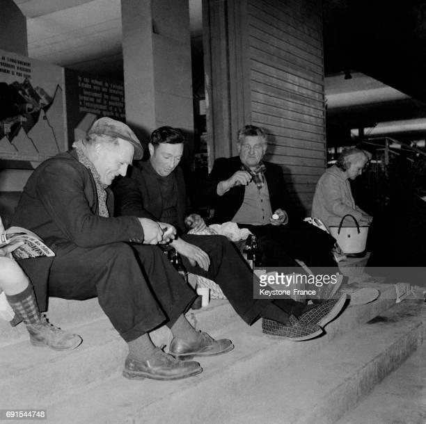 Déjeuner des exposants dont un en chaussons au salon de l'agriculture au parc des expositions de la porte de Versailles à Paris France le 8 mars 1965