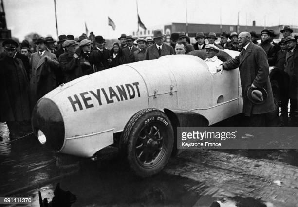 Démonstration publique de la voiturefusée conçue par le Docteur Heyland à l'aérodrome de Tempelhof à Berlin Allemagne le 1er mai 1931 On aperçoit en...