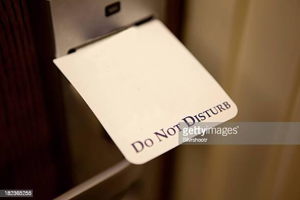 """Schild """"Bitte nicht stören'im hotel nebenan"""