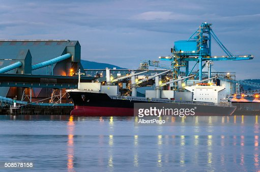Docked Cargo Ship at Night : Stockfoto
