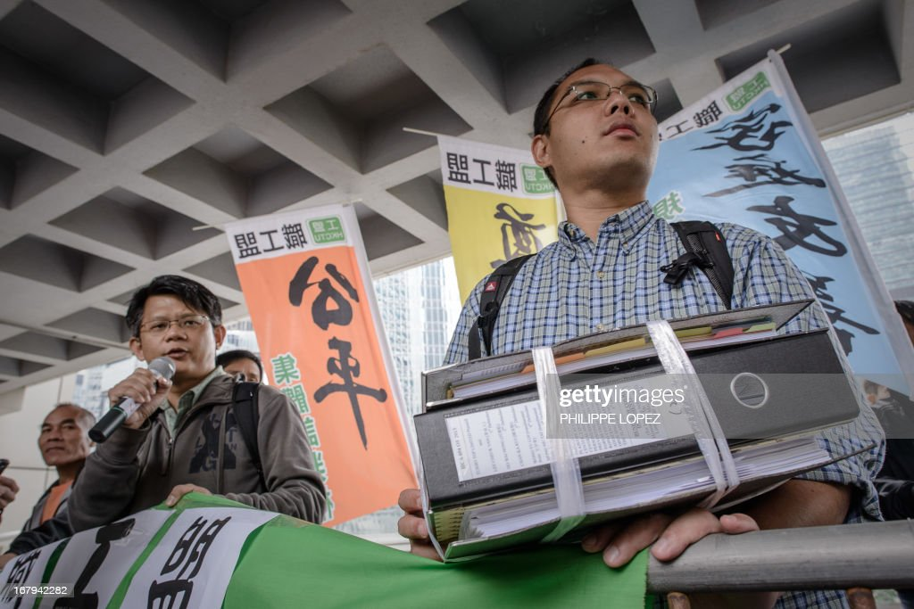 Dockers on strike protest outside the High Court in Hong Kong on May 3, 2013. About 450 dock workers are fighting for better pay and working conditions. AFP PHOTO / Philippe Lopez