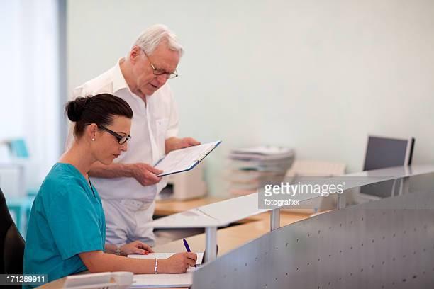 Médecin et infirmière sont donnant sur ordonnance au patient