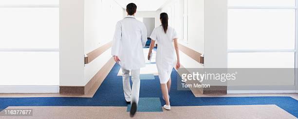 Medico e infermiere a piedi in un corridoio di ospedale