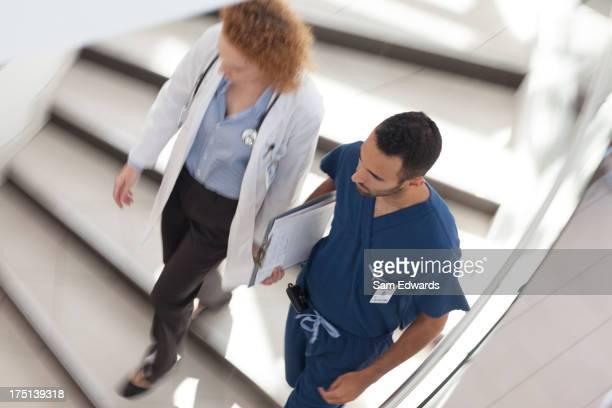 Arzt und Krankenschwester geht am Krankenhaus Schritte