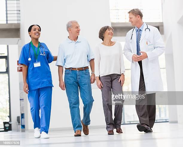 Medico e infermiere con Coppia Senior in ospedale