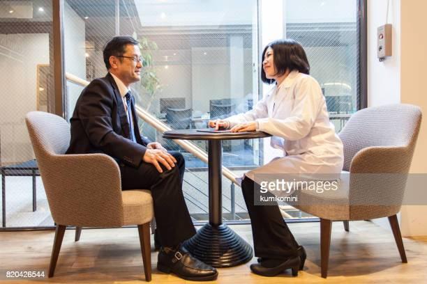 Médecin et le patient à la clinique