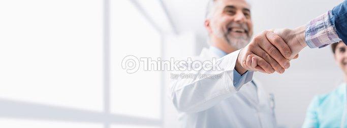 Médecin et patient se serrant la main : Photo