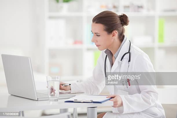 Arzt im Büro.