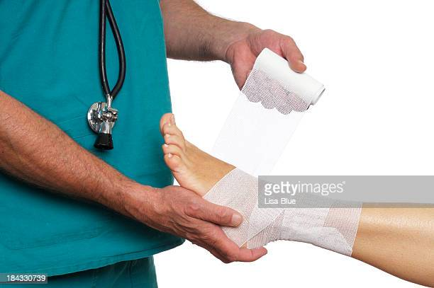 医師 Bandaging 女性の足首