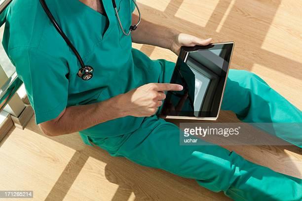 Médico encontrarse en tableta digital