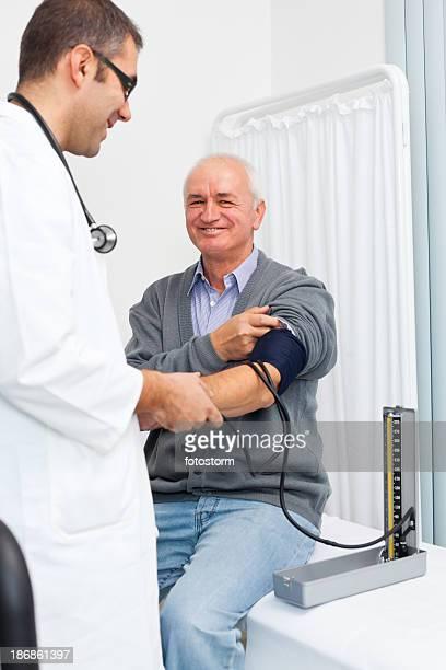 Medico controllando la pressione del sangue di un paziente