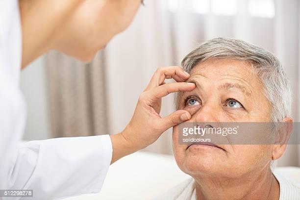 Docteur vérifiant un patient oculaire de remise en forme