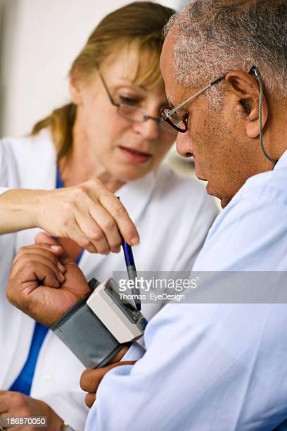 Medico controllando la pressione del sangue di Suo paziente