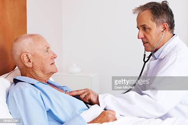 Arzt überprüfen Herzen der ein älterer Mann